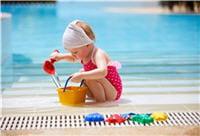 même s'il fait souvent des otites, votre enfant peut se baigner à la piscine.