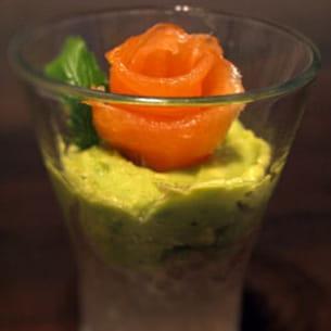 verrines de crème d'avocat et saumon sur billes de tapioca