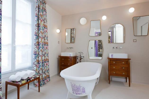 Salle de bain aux miroirs très décoratifs