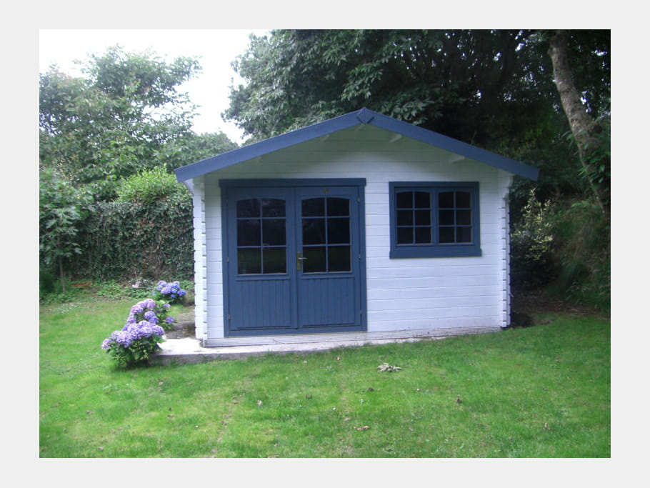 cabane en bleu et blanc ces cabanes au fond du jardin journal des femmes. Black Bedroom Furniture Sets. Home Design Ideas