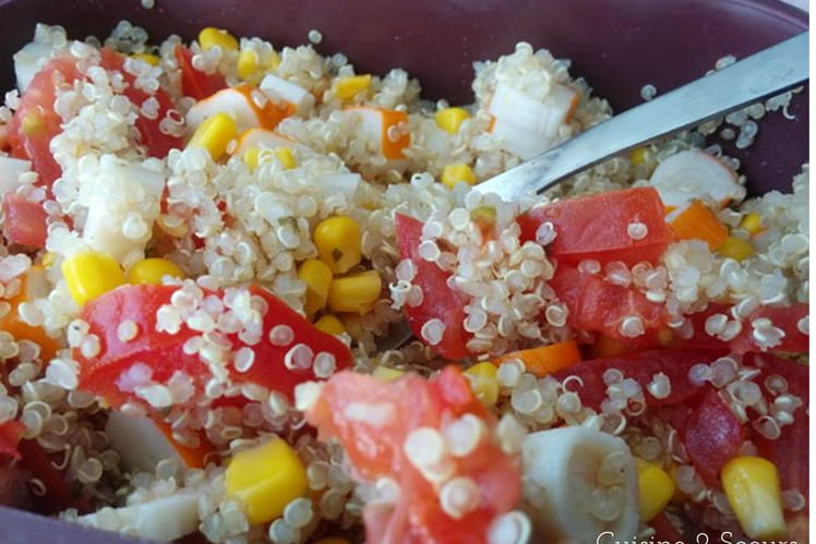 Salade de quinoa, tomates, surimi et maïs