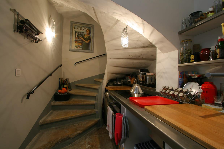une petite cuisine sous l'escalier
