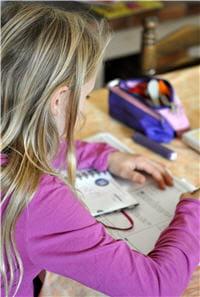 l'adolescent suit des cours et des ateliers individuels.