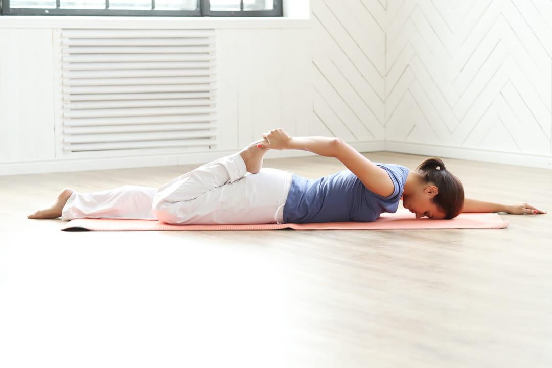 allongee-sur-le-ventre-exercices-jambes