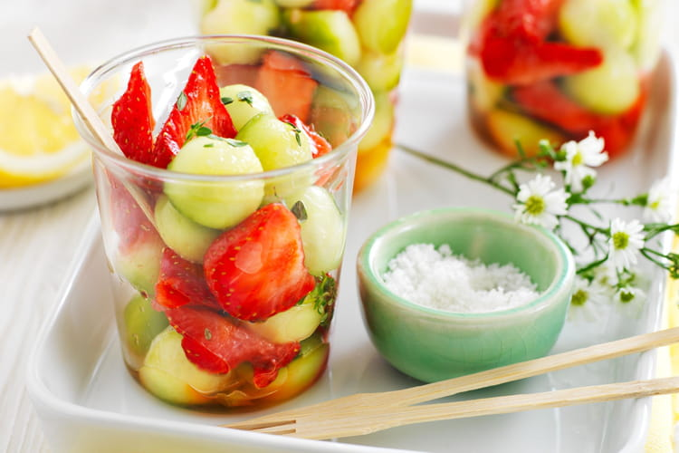 Verrines de salade de fraises et billes de concombre au Sel de Guérande