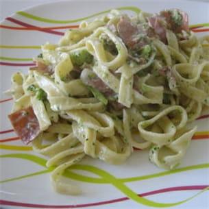tagliatelles aux éclats de brocoli et jambon sec.