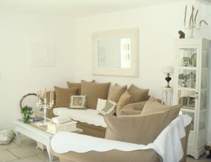 un salon en beige et blanc. Black Bedroom Furniture Sets. Home Design Ideas