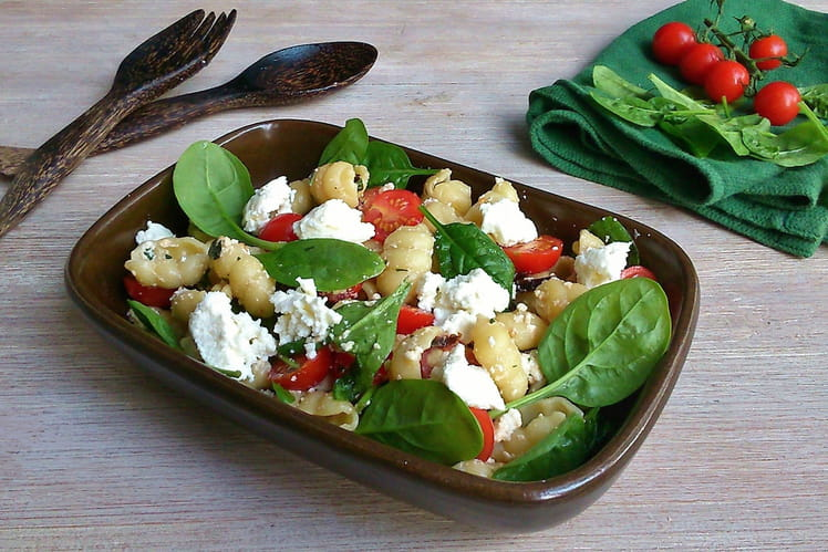 Salade de gnocchi, pousses d'épinards et brousse