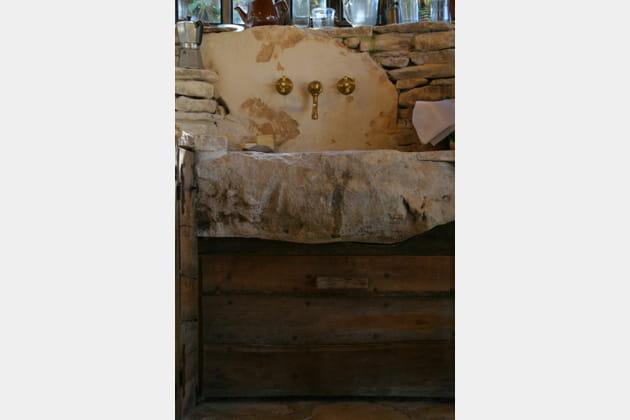 Un évier en pierre brute