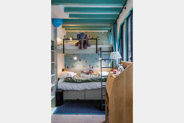 Une chambre d'enfant bleue à l'ambiance bucolique