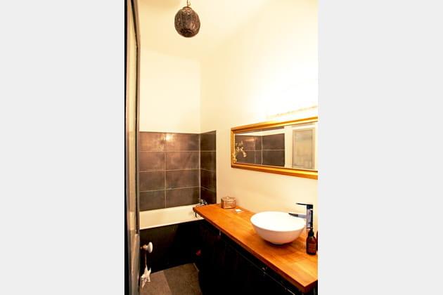 Salle de bains sobre mais élégante