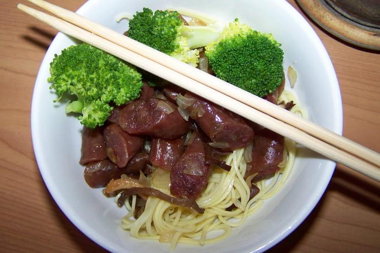 Nouilles aux saucisses chinoises et brocolis