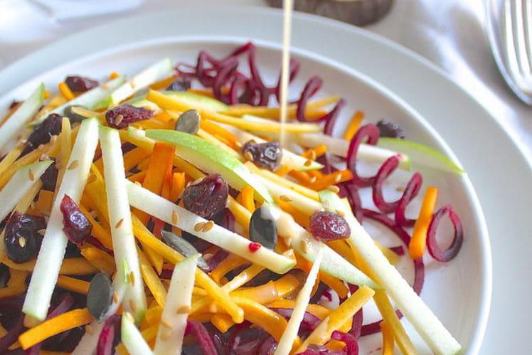 Salade crue butternut, betterave, pomme et cranberries, sauce amande et sirop d'érable