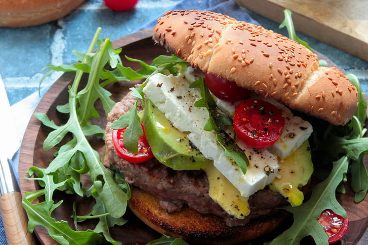 Burger garni de steak, avocat et feta