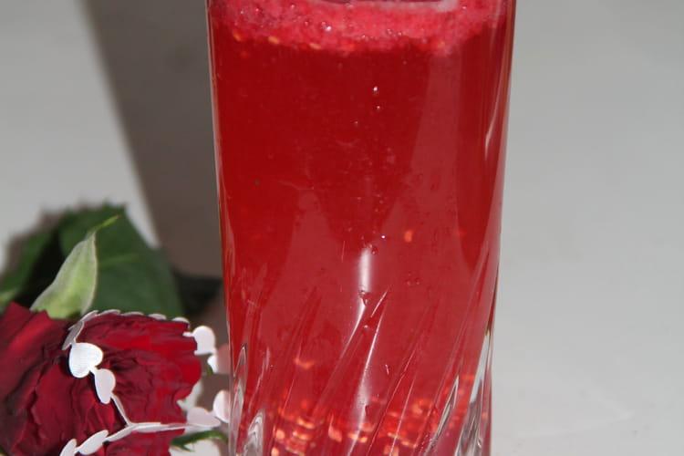 Cocktail au Cointreau, champagne, framboises et gingembre
