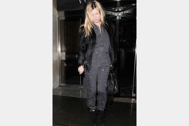Kate Moss en combinaison grise