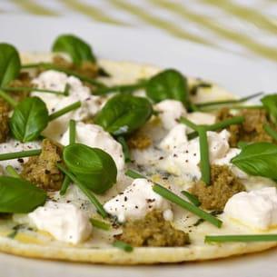 omelette de blancs d'oeufs au basilic, à la tapenade et ricotta