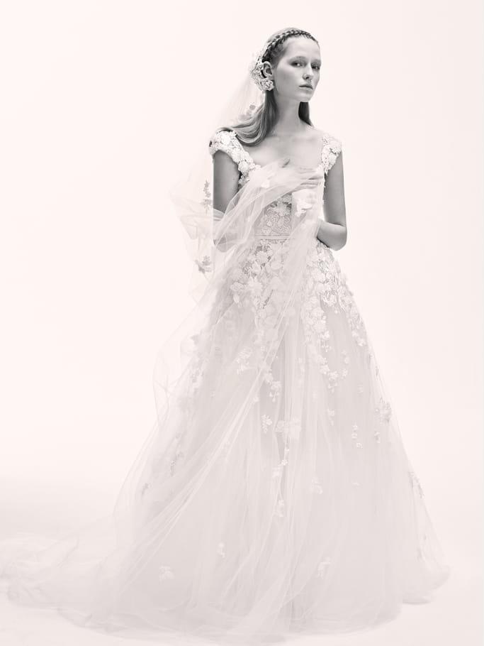 Une robe de mariée en fleurs