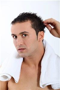 le lavage fréquent ne favorise pas la perte des cheveux.