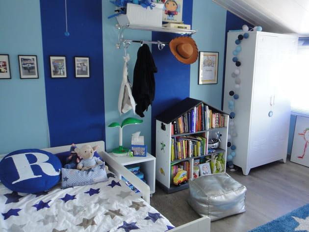 Avant : une chambre de garçon bleue et... bleue