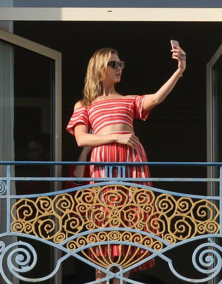 Karlie Kloss se prend en selfie