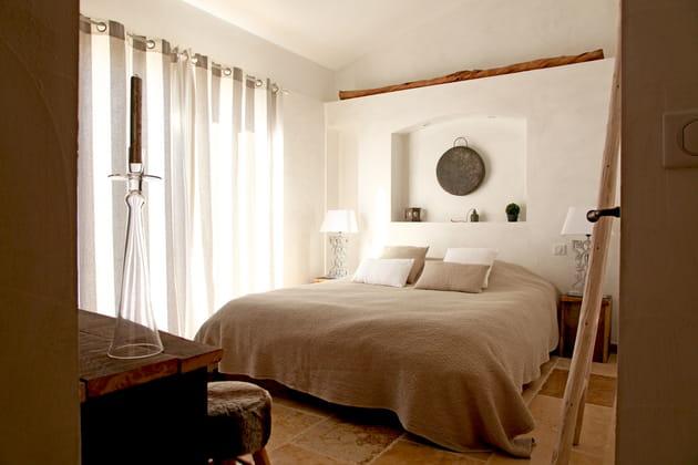 Chambre taupe et blanche harmonieuse