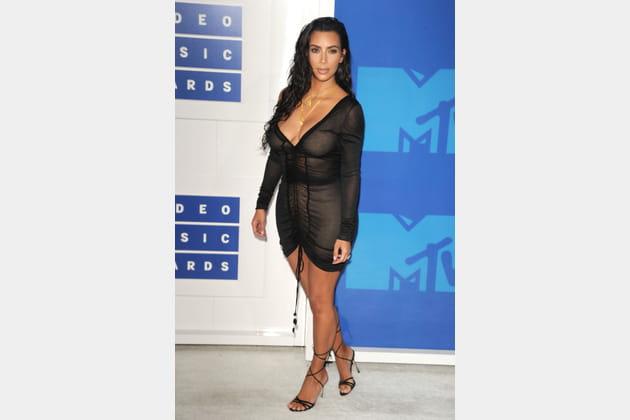 Kim Kardashian en mini-robe noire transparente