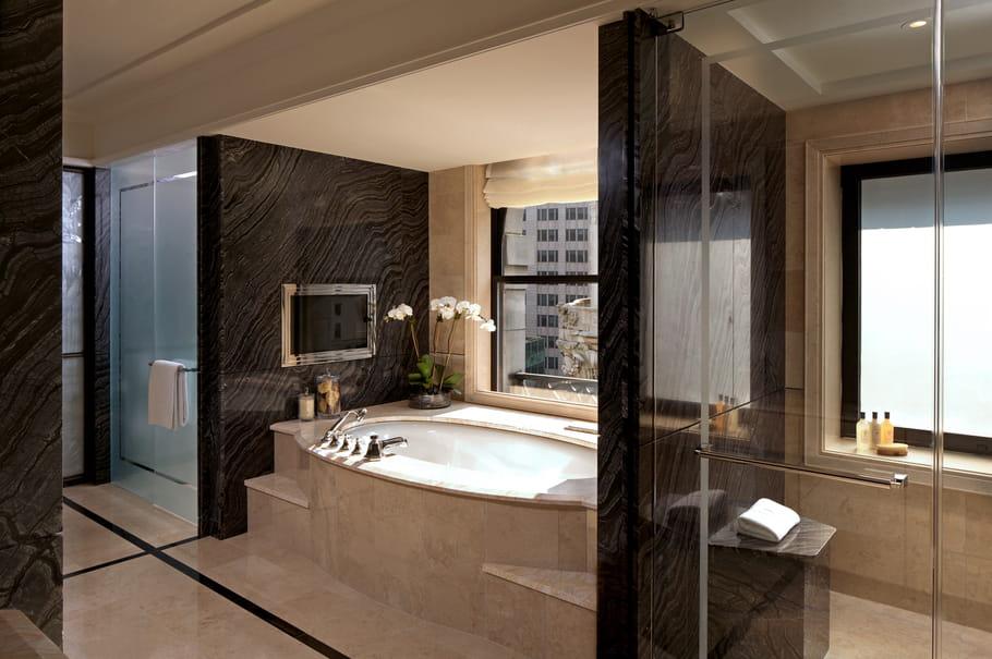Sa salle de bain en marbre vous ravira