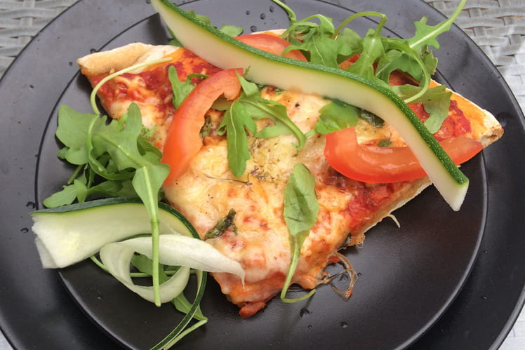 Pizza Margherita et légumes frais