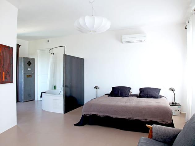 Une chambre claire et naturelle