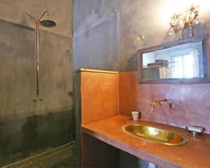 un coin salle de bains à l'ambiance orientale