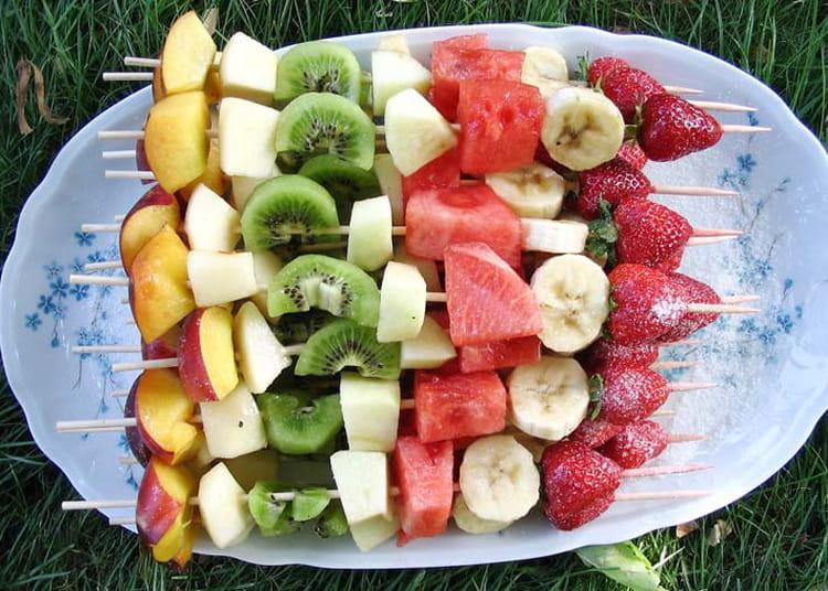 Recette de brochettes de fruits frais la recette facile for Decoupe fruit decoration