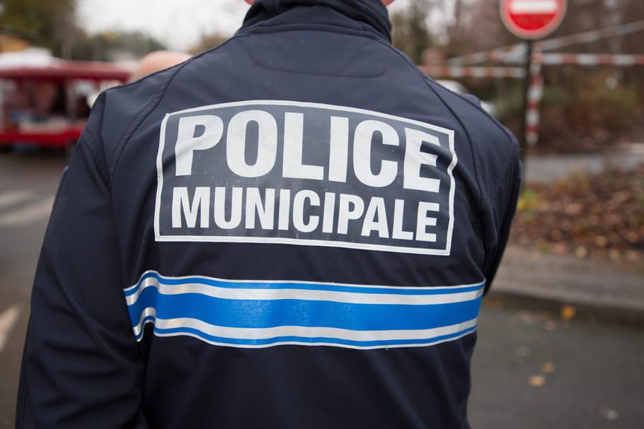 """Julie, en jupe et jugée """"indécente"""" par un """"agent de Paris"""""""