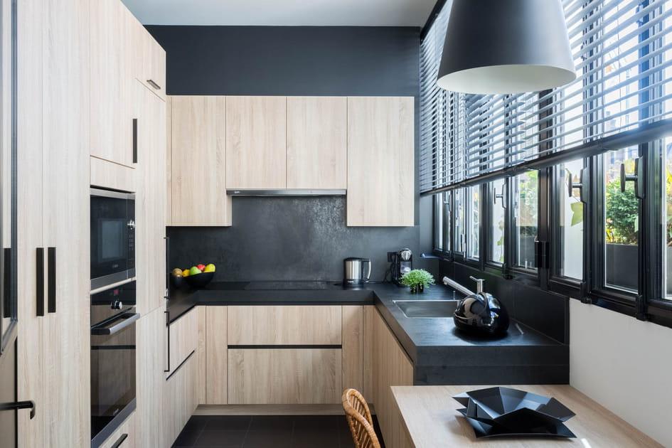 Une cuisine entre noir et bois
