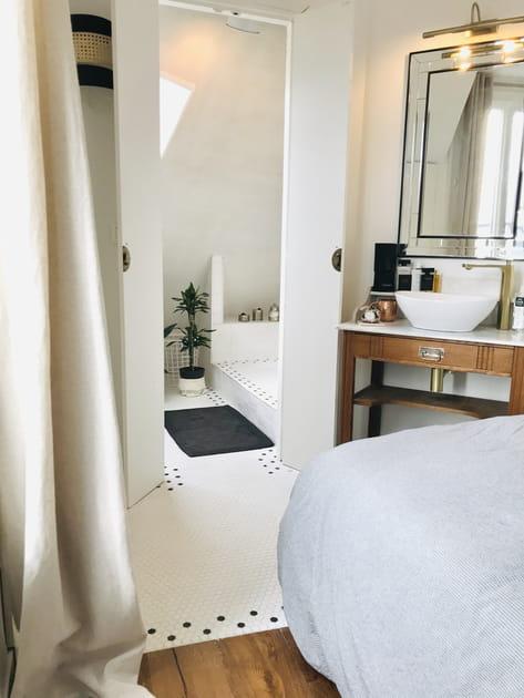 Une partie de la salle de bains dans la chambre