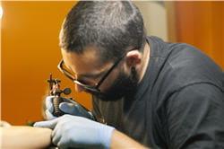 un bon tatoueur doit notamment se laver les mains avant de commencer à