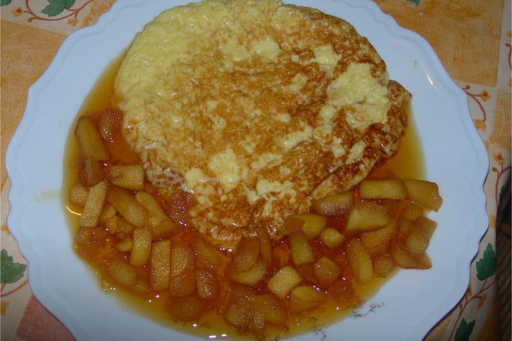 Omelette sucrée et pommes caramélisées