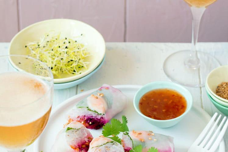 Rouleaux de Printemps aux crevettes, betterave et carottes râpées menthe, sauce sweet chili et sésame