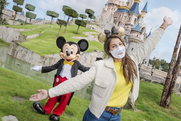 Iris Mittenaere pose avec Mickey
