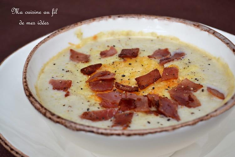 Soupe aux chicons gratinée à l'emmental et croustillants de jambon cuit