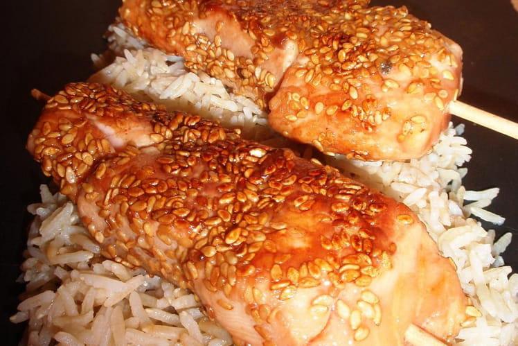Brochettes de saumon, miel & sésame