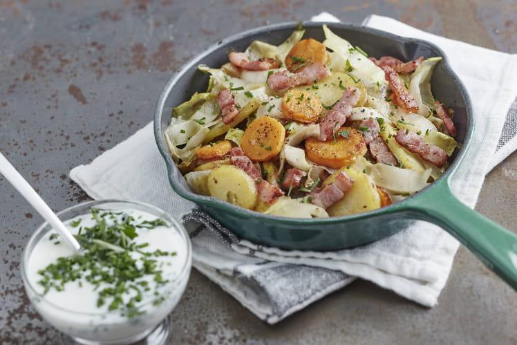Poêlée aux pommes de terre, lardons, carottes, endives, crème aux fines herbes
