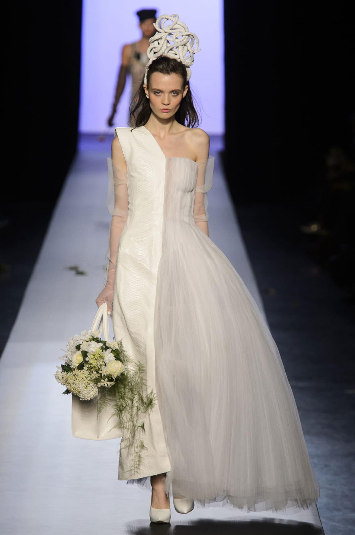 Robe de mari e jean paul gaultier asym trique for Prix de robe de mariage en or georges chakra