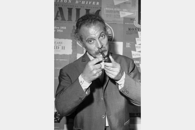 Portrait de Georges Brassens fumant sa pipe, 1966