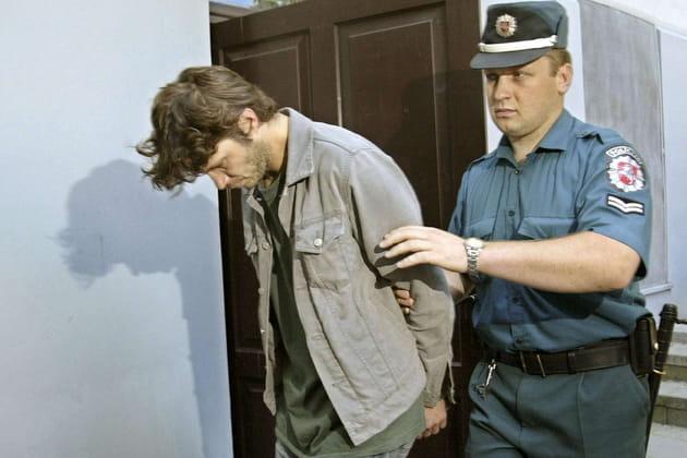 Bertrand Cantat escorté par un policier lituanien