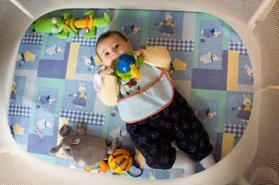 pris en plongée, le bébé semble'plaqué'au sol.