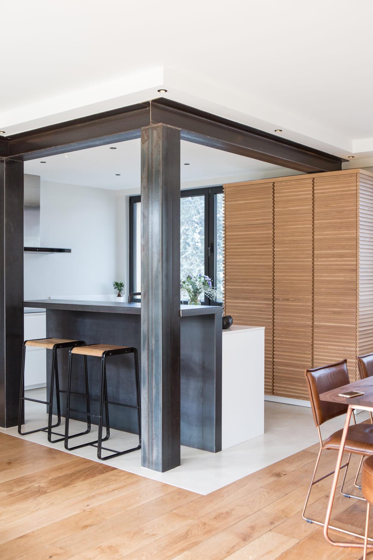 cuisine industrielle structures apparentes. Black Bedroom Furniture Sets. Home Design Ideas