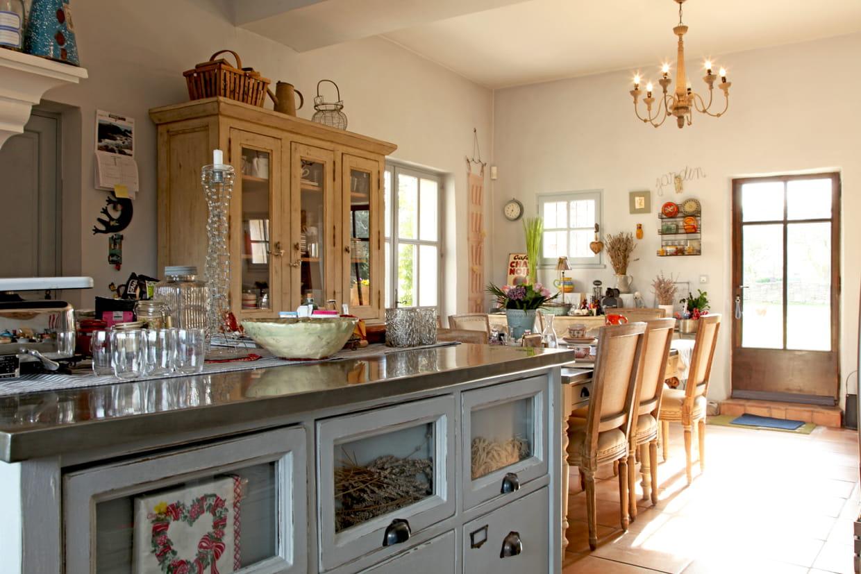 une cuisine campagne dans un ancien poulailler. Black Bedroom Furniture Sets. Home Design Ideas