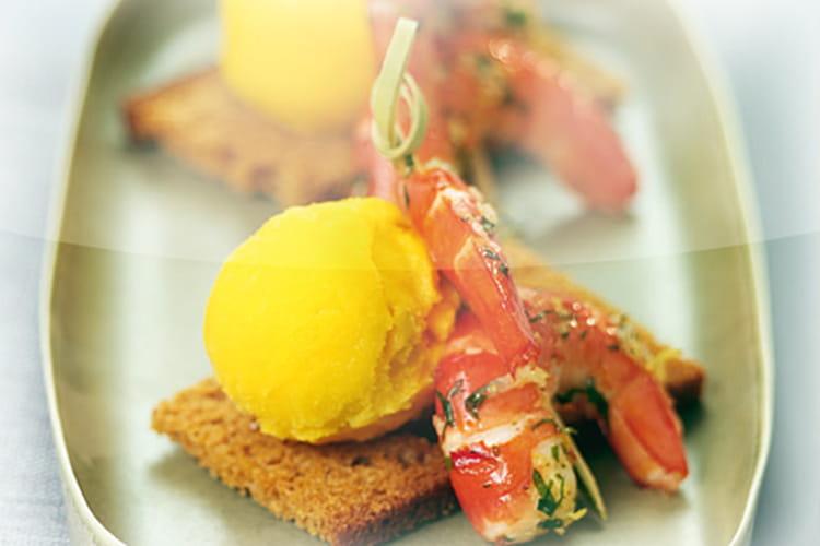 Queues de crevettes au gingembre sur toast de pain d'épice, sorbet mangue