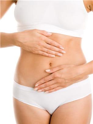 un massage aux huiles essentielles au niveau du ventre et la fatigue s'atténue.